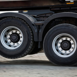 Volvo FMX tandem-axle lift improves traction and saves fuel